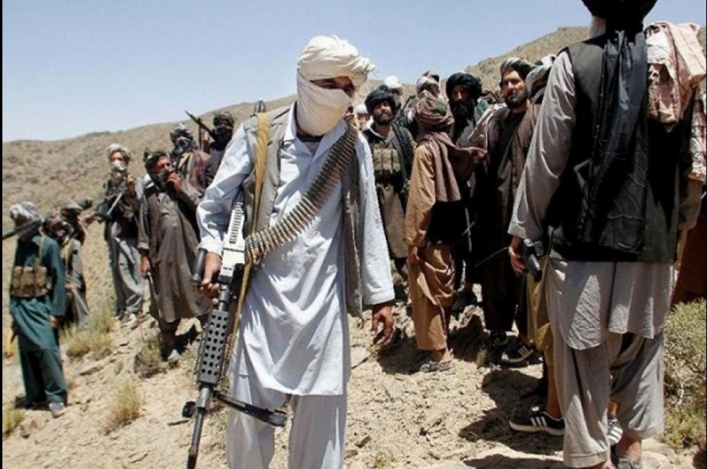 Imagen tomada de uno de los vídeos propagandísticos de los talibanes, en la que se ve a varios combatientes con armamento pesado.