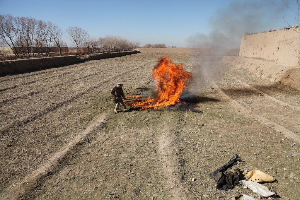 Un policía quema un alijo de hachís de los talibanes listo para la venta capturado en el distrito de Zharay, en Kandahar, el lugar donde nació el movimiento talibán Foto © U.S. Army photo/Staff Sgt. Brandon McIntosh