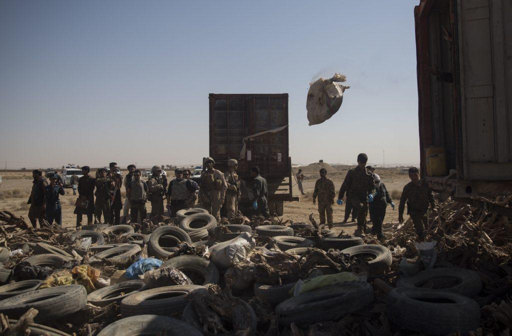 Miembros de la policía afgana y del ejercito de Estados Unidos vaciando un camión con tres toneladas de hachís y heroína en el Aeropuerto Bost, de uso militar y civil, en la provincia de Helmand Foto © U.S. Marine Corps/Sgt. Justin T. Updegraff