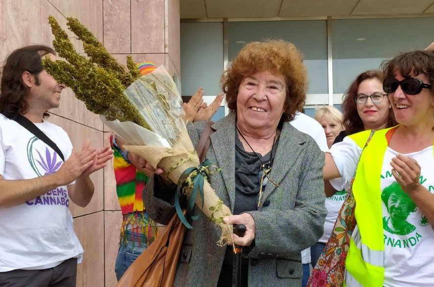 Fernanda de la Figuera recibiendo un ramo de flores de Cannabis. Foto: David Bollero